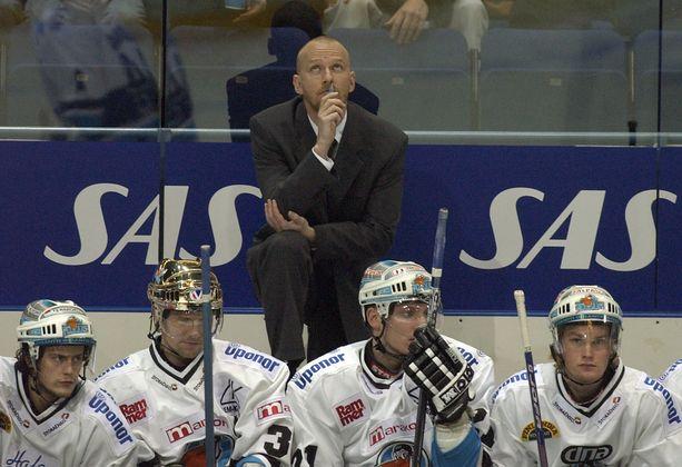 Petteri Sihvonen valmensi Lahden Pelicansia kaudella 2003-2004. Joukkue hävisi 41 ottelustaan 32.