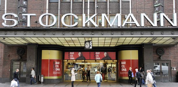 Stockmannilla voi päivän ajan muistella menneiden aikojen hissikyytejä.