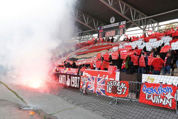 HIFK:n ja HJK:n kannattajat panevat jälleen parastaan Stadin derbyissä. Kuva vuodelta 2017.