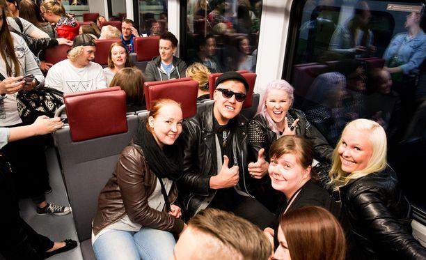 Matkustajilla oli hyvä fiilis päällä junan lähdettyä liikkeelle.