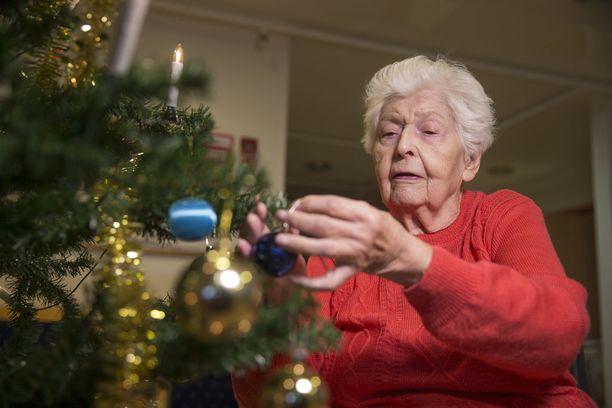 Muuraskodissa asuva Kirsti Lehmonen koristeli perjantaina joulukuusta. Palvelukodista pyritään tekemään asukkaille ihan oikea koti.