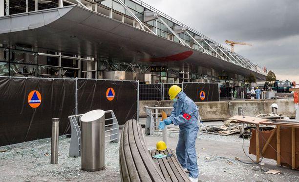 Zaventemin lentokentälle ei jäänyt ehjiä ikkunoita kolmannen pommin räjähdettyä.