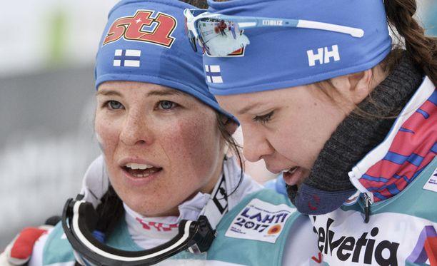 Krista Pärmäkoski (vas.) ja Kerttu Niskanen hämmästelivät Anne Kyllösen juttuja.