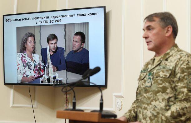 Syytetyt venäläisvakoojat televisiossa selittämässä Salisburyn-retkeään. Kuvassa myös Julia Skripal.