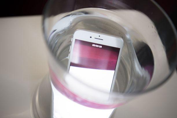 Uusin Iphone 7 kestää vaikka vesimaljaan upotuksen.