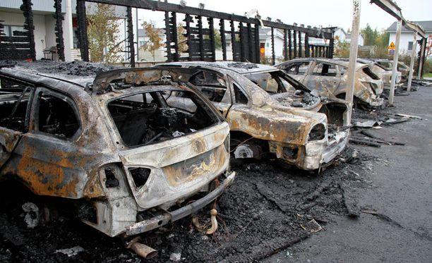 Useita autoja tuhoutui täydellisesti öisessä tulipalossa Oulussa.