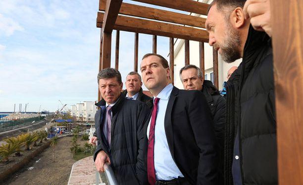 Venäjän pääministeri Dmitri Medvedev tarkasti, että Sotshin olympiakylässä on kaikki kunnossa.
