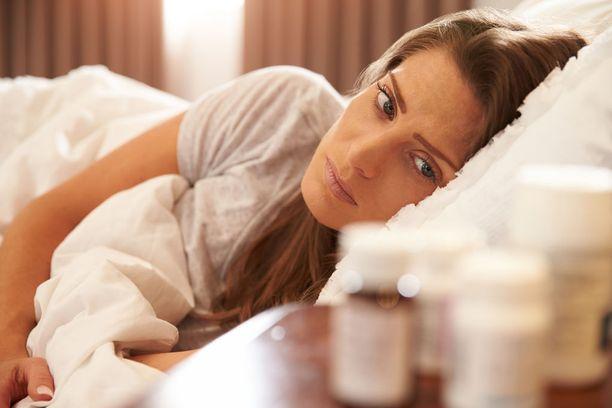 Pohdi huolia ja murheita päiväsaikaan ja keskustele niistä ympärillä olevien ihmisten kanssa. Sängyssä niihin harvoin löytyy ratkaisua.