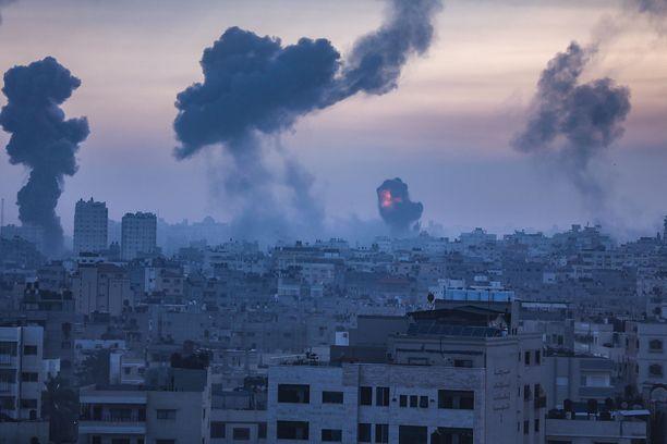 Israelin ilmaiskujen nostattamia savupatsaita Gazassa varhain keskiviikkoaamuna.