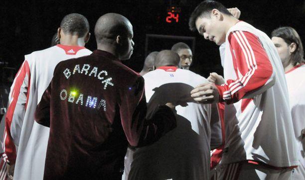 NBA-joukkue Houston Rocketsin Steve Francis ei jättänyt kenellekään epäselväksi kenen puolesta hän hurraa. Rocketsin kiinalaisjätti Yao Ming ihmettelee vierellä Francisin vaatetusta.