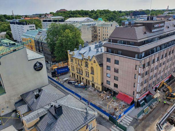 Purkutyömaa sijaitsee Turun keskustassa. Sen vieressä on Toriparkin työmaa.