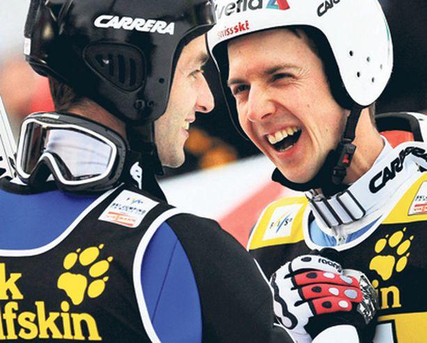 KAHDEN KAUPPA Simon Ammann (oik.) onnitteli Garmisch-Partenkircenin voittanutta Wolfgang Loitzlia. Kaksikko ratkaisee keskenään myös mäkiviikon voiton.