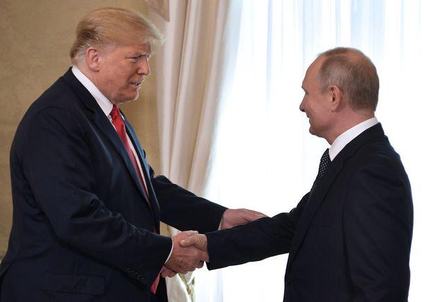Trump ja Putin kättelevät Presidentinlinnassa.