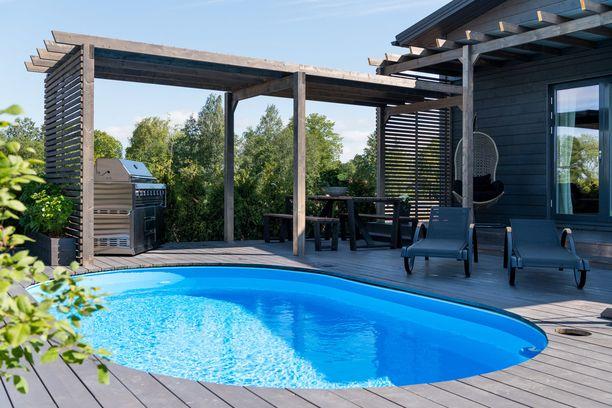 Suuren uima-altaan ympärille on tuotu tuoleja ja pöytäryhmää, jolloin altaan äärellä viihtyy enemmänkin väkeä.