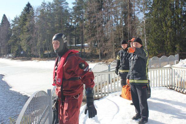 Ylipalomies Hannu Övermark näytti Jussi Huhtiselle, Hannu Oksalle ja Niko Övermarkille suuntaa, missä jäihin pudonneiden metsäpeurojen oletettiin olevan.