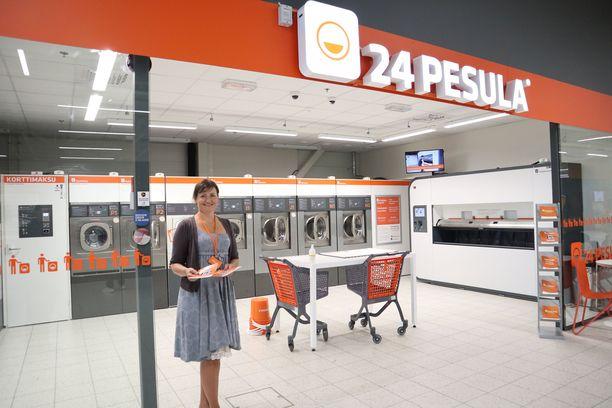 Ensimmäiset viikot avajaisten jälkeen pesulan henkilökunta on paikalla esittelemässä koneiden käyttöä.