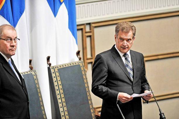 Pääsihteeri Seppo Tiitinen ja puhemies Sauli Niinistö valtiopäivien päättäjäisissä 2011.