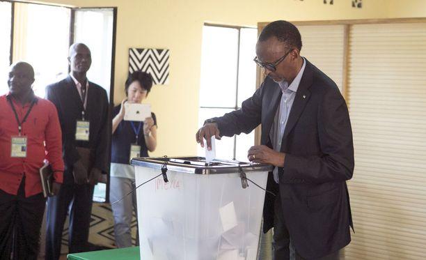 Presidentti Kagame vieraili itsekin vaaliuurnilla perjantaina.