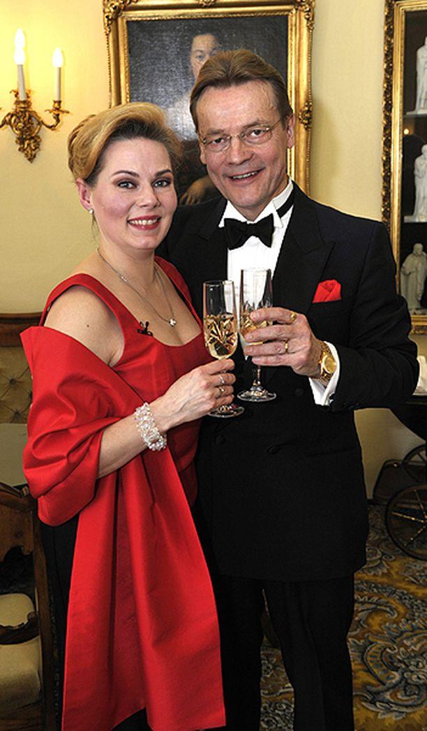 Timo T.A. Mikkonen ja hänen vaimonsa Nina viettivät kahdeksatta hääpäiväänsä Porvoossa vuonna 2009.
