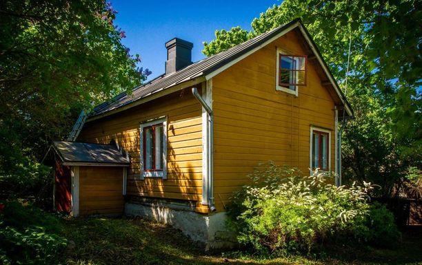 Ilmoituksessa kerrotaan, että talon hirsirunko on osittain vaurioitunut ja että talo vaatii remonttia.