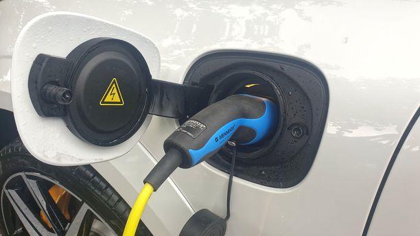 Ladattavien hybridien osuus nousee ja niitä markkinoidaan monenlaisilla hintaeduilla.