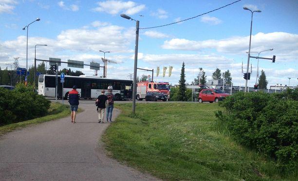 Pyöräilijä ajoi bussin eteen Hämeenkylässä.