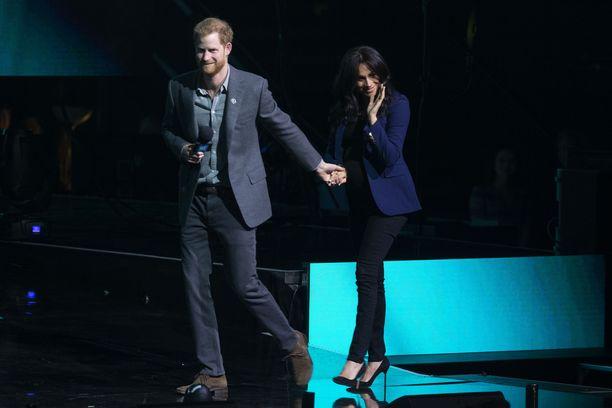 Harry haki vaimonsa lavalle yleisön yllätykseksi.