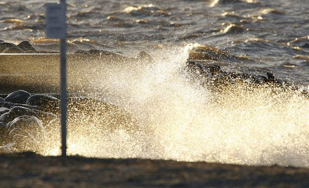 Kova tuuli riepottelee Suomea.