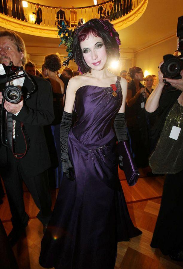 Sofi Oksanen ihastutti violetissa.