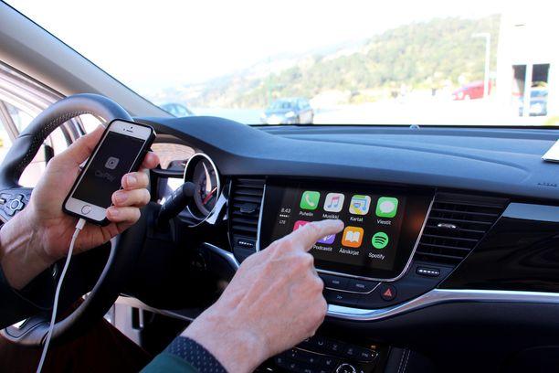 Autossa pelittää Apple Car Play -toiminto.