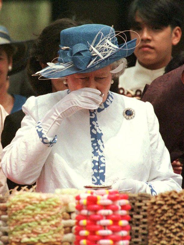Päivittäin kuningattarelle tarjoillaan myös monta kuppia teetä. Iltapäivällä teen seurana Elisabetille maistuvat kurkkuleivät.