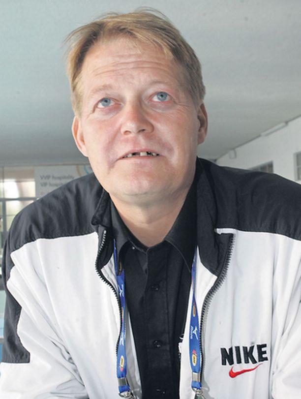 Keihäänheiton ikoni Seppo Räty sanoi syöneensä urheilu-urallaan joka päivä särkylääkkeitä. Nykyään niitä kuluu vielä tuplasti enemmän. Selkävaiva haittaa hänen arkeaan ja erityisesti juniorivalmennusta.