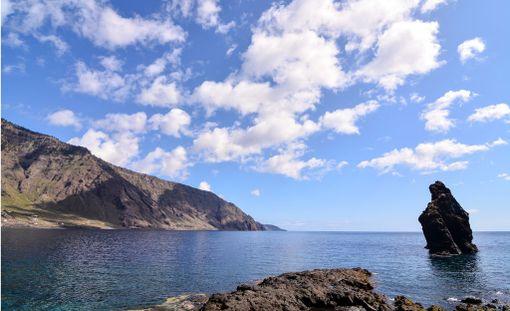 Pieni El Hierron saari tarjoaa luonnon rauhaa.