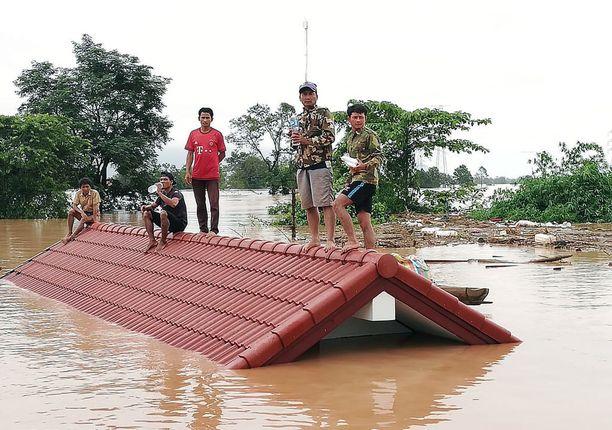 Attapeun maakunnassa murtunut voimalaitoksen pato on saanut aikaan tulvia, joiden takia on evakuoitu satoja ihmisiä.