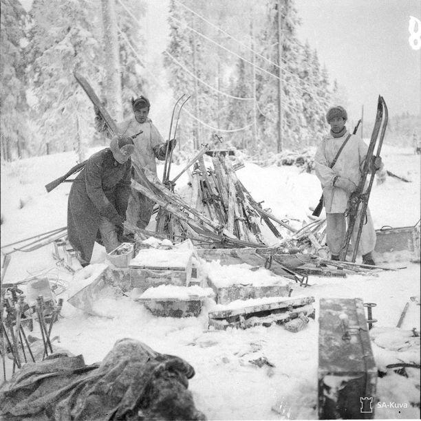 Venäläisjoukoilta sotasaaliiksi saatuja suksia Raatteentiellä Suomussalmella 8.1.1940.
