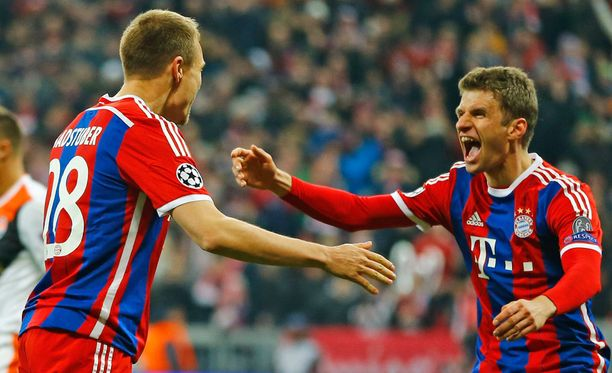 Bayernin Holger Badstuber (vas.) ja Thomas Müller juhlivat maalia.