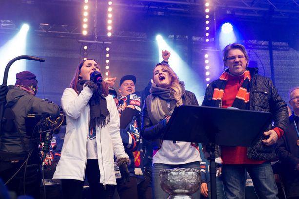 Pentti Hietanen ja Idols -kisasta tutut tyttäret Iina ja Roosa Hietanen kajauttivat Maamme -laulun.