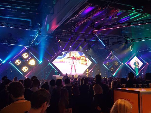 Slushin puheenvuoroja katsoessaan ei tarvitse mennä lähelle lavaa, sillä puhuja isompana näkyy usealla eri screenillä lavan läheisyydessä.