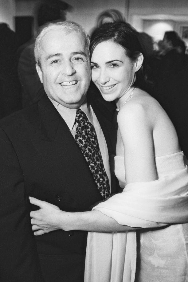 Kuvassa Ronald Schwary poseeraa näyttelijä Claire Forlanin kanssa.