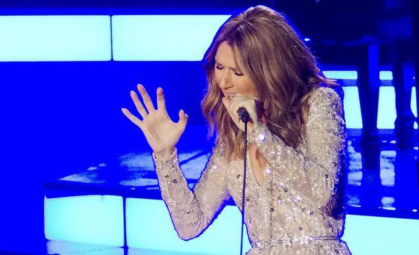 Laulaja Céline Dion räjäytti yleisönsä Adelen Hello-biisillä.
