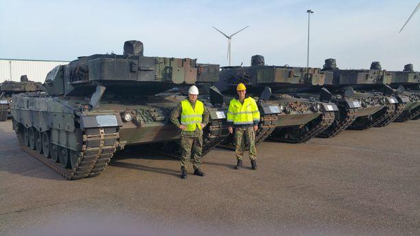 Jalkaväen tarkastaja eversti Jukka Valkeajärvi ottaa vastaan ensimmäiset Leopard2A6-taistelupanssarivaunut Hollannissa.