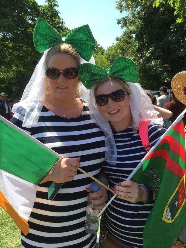 Irlantilaiset Hazel Kearney ja Michelle Dawn näkivät vilauksen hääparista.