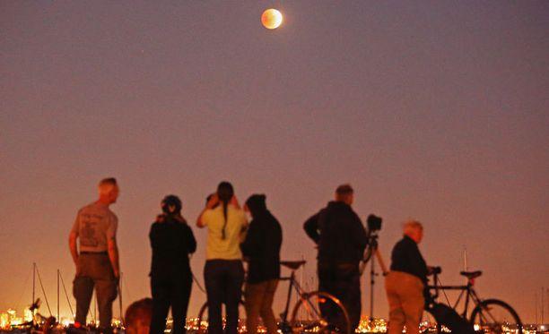 Ihmiset pääsivät ihailemaan punaista kuuta myös Melbournessa Australiassa.