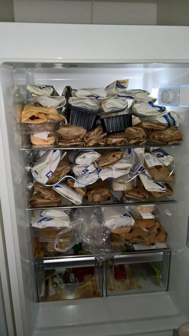 Iäkkään naisen jääkaappi on täynnä vanhentunutta ruokaa. Vanhimmat ostokset ovat huhtikuulta.
