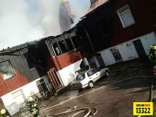 Pelastuslaitos yritti ensin savusukeltajien kanssa sisälle rakennukseen, mutta joutui toteamaan reilun 10 minuutin jälkeen, että tehtävä oli mahdoton. Sen jälkeen taktiikka vaihtui ja sammutus tapahtui ulkoa sisälle, jonka avulla palon leviäminen muihin rakennuksiin estettiin.
