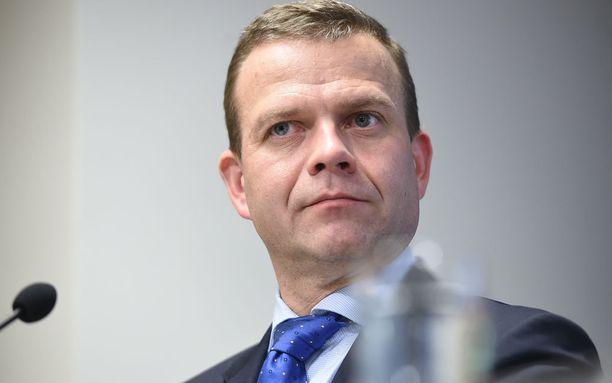 Valtiovarainministeri, kokoomuksen puheenjohtaja Petteri Orpo tapaa maanantaina pääministerin ja kokoomuksen puoluejohtoa keskustellaakseen hallitusyhteistyön jatkosta perussuomalaisten kanssa.
