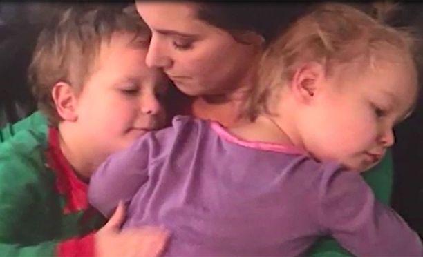 Tyttäret Celeste ja Bella äitinsä kanssa.