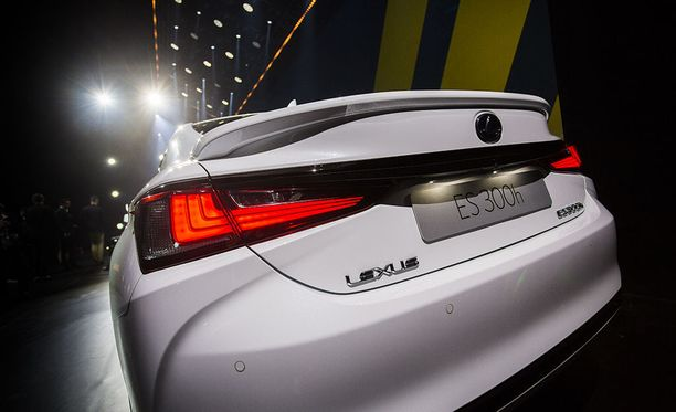 Lexus ES tekee ehkäpä suurimman vaikutuksen takaviistosta katsottuna.