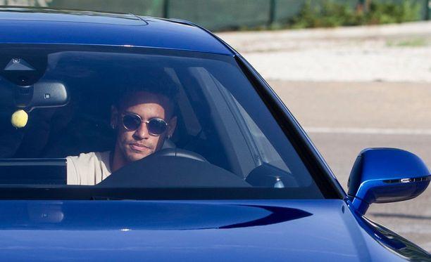 Neymar kuvattiin keskiviikkoaamuna saapumassa Barcelonan harjoituskekukseen. 30 minuuttia myöhemmin hän poistui paikalta.