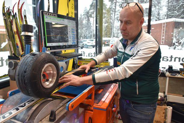 Aikaa vanhan suksiparin kunnostukseen meni tamperelaiselta Kimmo Vileniltä reilu tunti.